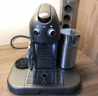 Nespresso-Maschine mit Aerocciono Milchaufschaeumer